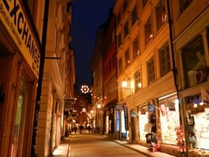 Olof Palme woonde boven de winkels in het huis rechts.
